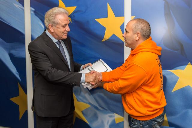 Manuel Blanco (PROEMAID) presents Commissioner Dimitris Avramopoulos with a citizens' petition calling for the end of criminalisation of individuals and organisations offering humanitarian assistance to migrants and refugees. The petition was organised by Social Platform, WeMove and PROEMAID.